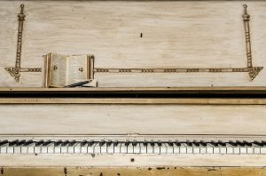 A piano with notes